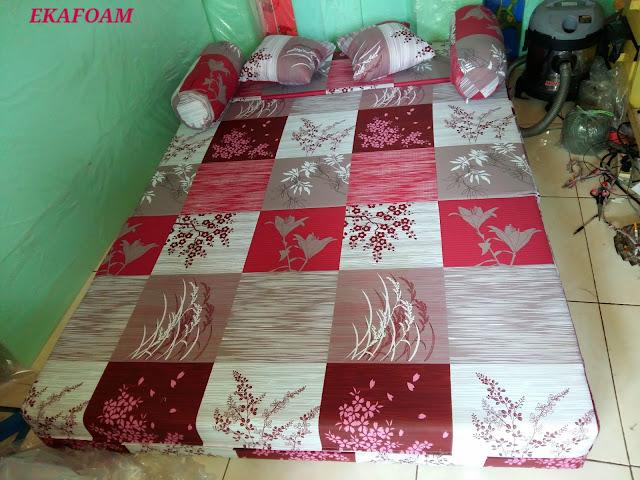 sofa bed inoac tangerang motif padi merah maroon saat di fungsikan sebagai kasur inoac