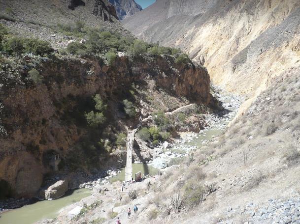ponte da attraversare nel colca canyon