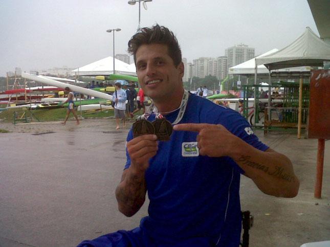Fernando Fernandes mostrando as medalhas que ganhou na competição