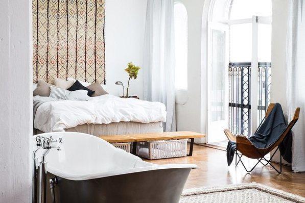 светлая спальная комната с ванной