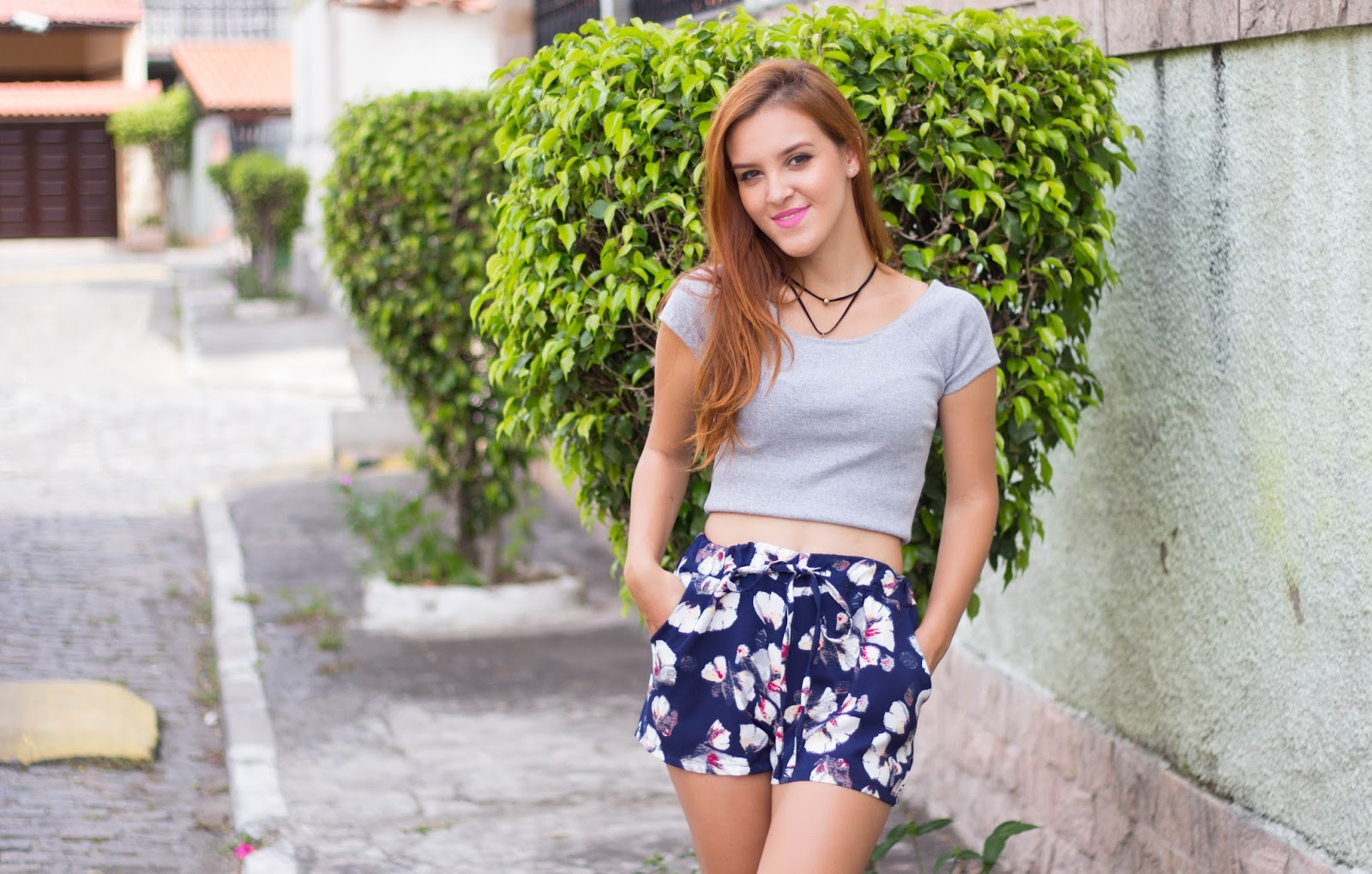 look-top-cropped-cinza-e-short-azul-flor