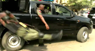 Video: Officer falls from moving van and gets injured while jubilating over the reversal of Lagos police commissioner, Edgal Imohimi's redeployment