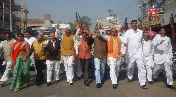 नोटबंदी का विरोध करते करते शहीदों का अपमान करने लगी कांग्रेस, BJP