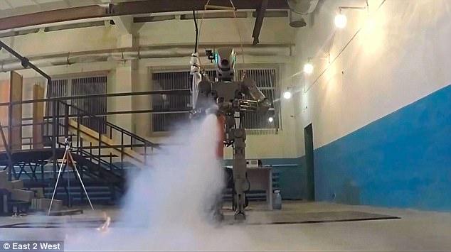 www.fertilmente.com.br FEDOR, o Robo Russo tem habilidades diversas, utilizar extintores faz parte de seu aprendizado.