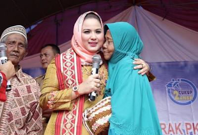 Yustin Ficardo Serahkan Hibah untuk Desa Model dan BUMDes Mandiri Bersatu Pekon Gisting Bawah