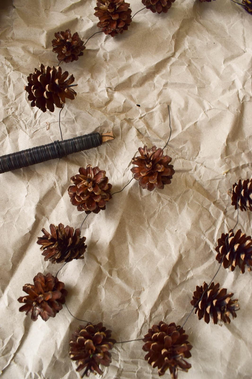 Zapfenkette selber machen. DIY Deko mit Kieferzapfen, Naturdeko, natürlich dekorieren