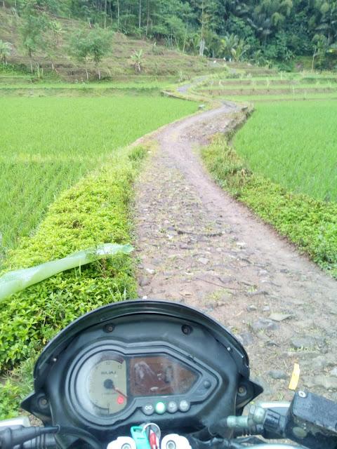 Hanya bisa dilalui kendaraan roda dua ketika mendekati area wisata Curug Ngebul Cianjur