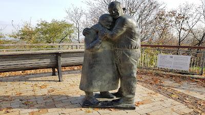 statua di coppia ritrovata