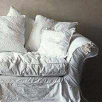 Il rivestimento stropicciato di un divano caratterizza lo stile shabby