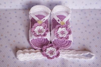 Sandalias lilas con diademas de ganchillo para bebé