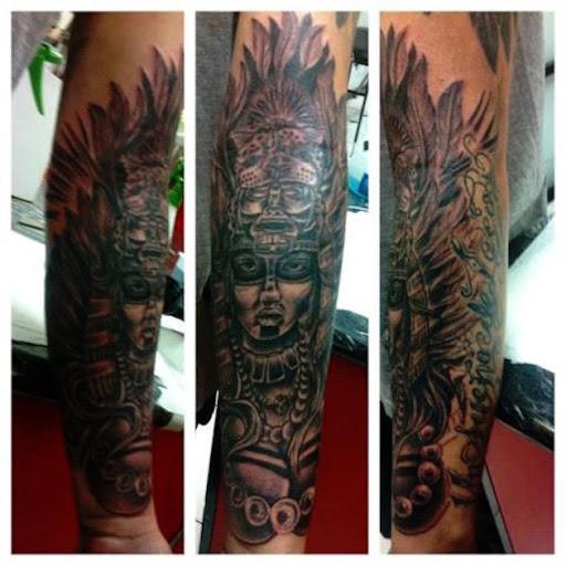 Este elaborada asteca cocar de tatuagem