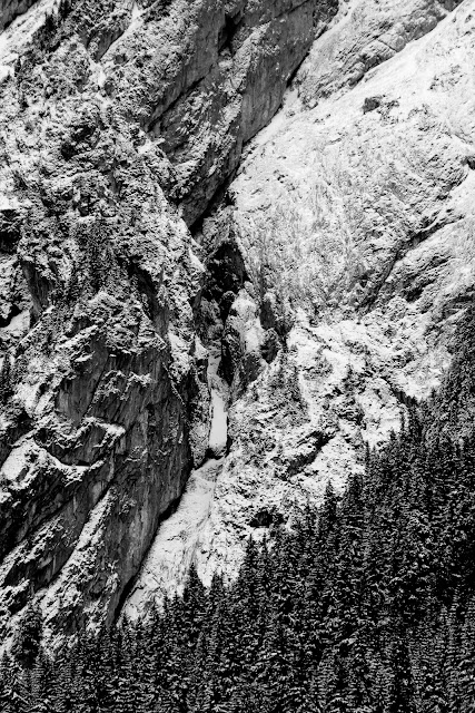 Górska abstrakcja. Czarno-biała fotografia krajobrazu. Tatry zimą. Polska. fot. Łukasz Cyrus