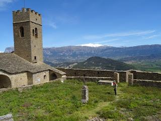 Cementerio y vistas del Prepirineo