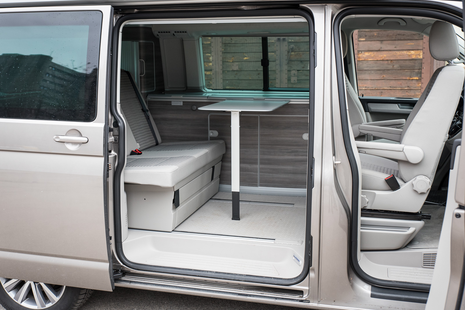 vw t6 california bringt farbe ins spiel vw t6 california. Black Bedroom Furniture Sets. Home Design Ideas