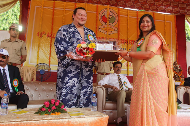 Vineeta Sinha Deputy Commissioner felicitated Sumo Wrestler Mike Wietecha