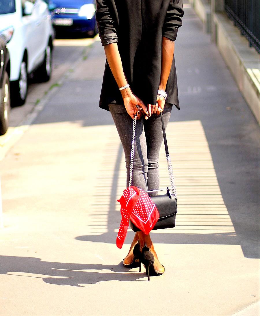 sac-bandouliere-chaine-bandana-rouge-escarpins-gianvito-rossi-style