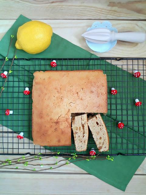 Brownie (blondie) de mantecados de limón. Receta de aprovechamiento o reciclaje navideño. Desayuno, merienda, postre. Cuca.