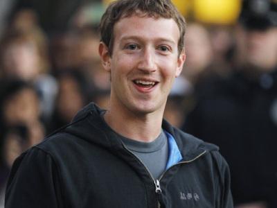 8eb3a9efc6 La felpa con il cappuccio da ragazzo qualunque alla quale Mark Zuckerberg  non rinuncia neanche ora che è impegnato nel road show per presentare  Facebook ...