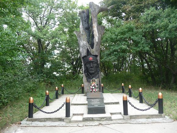 Святогірськ. Пам'ятник-дуб В. Камишеву