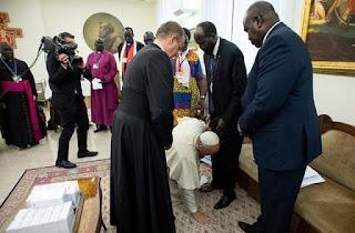 NHÌN HÌNH ẢNH GIÁO HOÀNG CÔNG GIÁO TẠI NAM SUDAN NGẪM VỀ HÀNH VI CÁC LINH MỤC TẠI VIỆT NAM