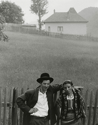 http://semioticapocalypse.tumblr.com/post/147901419102/paul-strand-couple-ruc%C4%83r-romania-1967