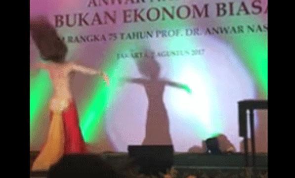 Heboh Penari Perut Seksi di Peluncuran Buku Mantan Deputi Gubernur BI