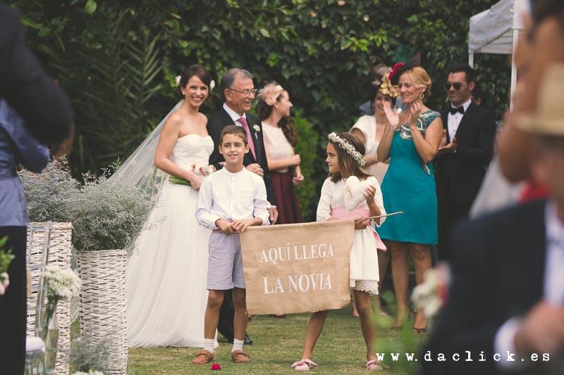aquí llega la novia - niños portaestandarte