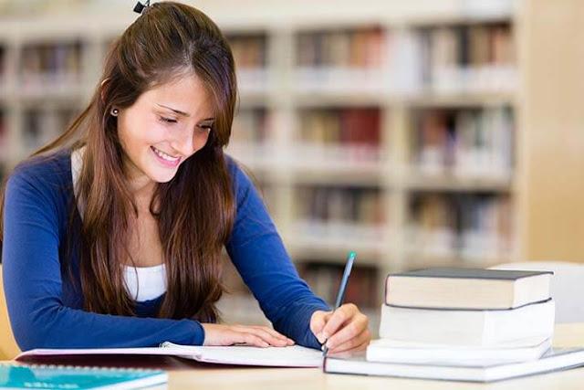 Mujer estudiando porque sabe cómo motivarse para estudiar