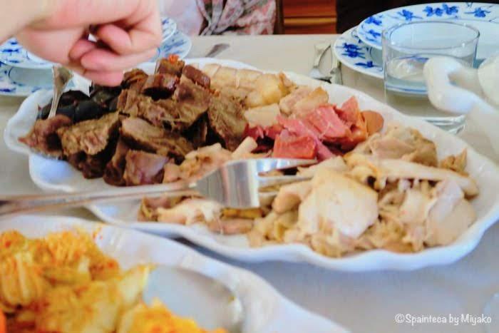 コシード・マドリレーニョの肉類の具材を取り分ける様子