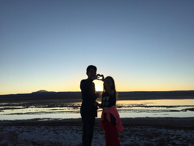 Curtindo o pôr do sol na Laguna Tebenquiche, no deserto do Atacama