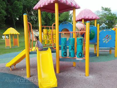 Main dekat taman permainan