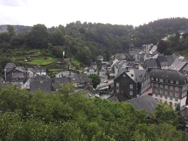 Blick auf die Fachwerkhäuser von Monschau von der Burg oberhalb der Stadt
