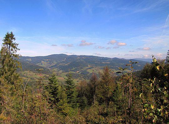 Grzbiet masywu Gorca po drugiej stronie doliny Ochotnicy.