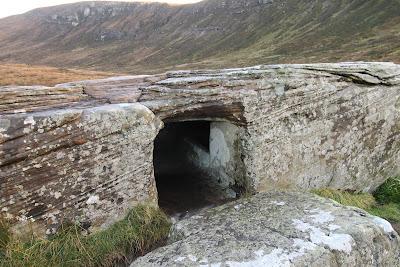 Камень Dwarfie Stane Шотландия В средние века, люди, увидев готовый проход и выемку решили сделать внутри наподобие гробницы.  Вручную продолбили  по мнению местных жителей 2 лежки по краям.  Есть следы реставрации, значит те, кто долбил дыру, повредили монолит, когда пытались залезть в закрытый камнем проход. Верхняя часть залита бетоном.  Что любопытные нашли в камне, остаётся тайной, записей нет, хроники нет, по близости костей обнаружено не было. Вообще ничего не было обнаружено ни костей, ни орудий обработки камня.    Возможно кого-то в него поместили и закрыли камнем вход. Примерно к 17 веку вход вскрыли.  В Великобритании это единственный мегалит из которого вынимался каменный блок.