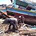 Polisi Bersama Warga Bersihkan 470 Puing-Puing Kapal Nelayan Pasca Tsunami