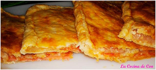 empanada de jamón y queso con tomate