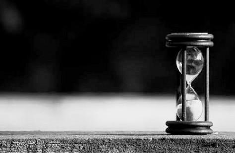 Reloj de arena en blanco y negro