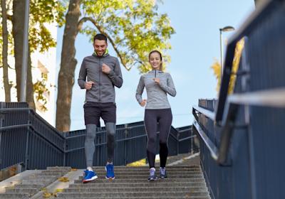 من لديه القدرة الأكبر على فقدان الوزن.. الرجال أم النساء امرأة رجل يركضان يمارسان الرياضة رياضة المشى man woman work out running