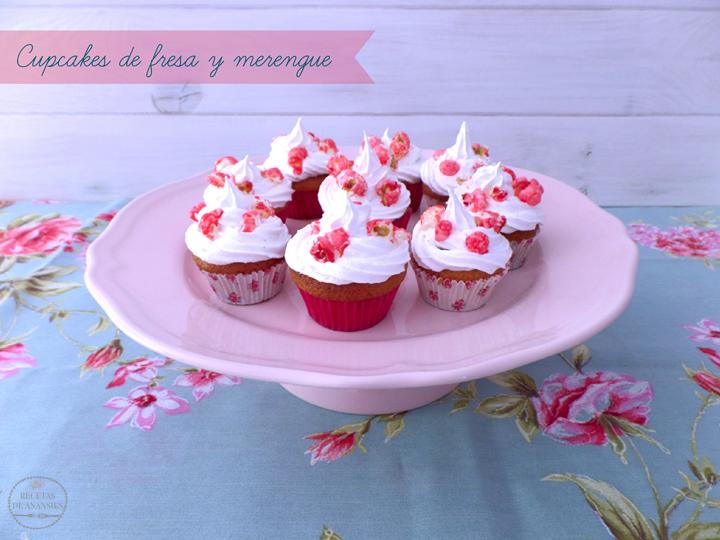 Cupcakes de fresa y merengue con palomitas de piruleta