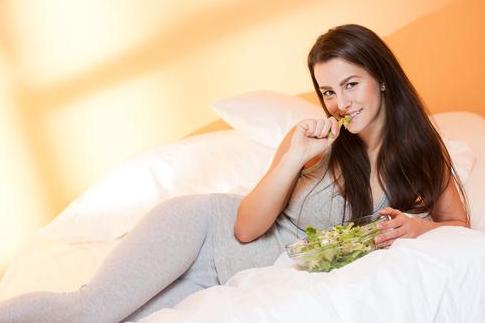 3 Bahaya Makan Sambil Tiduran