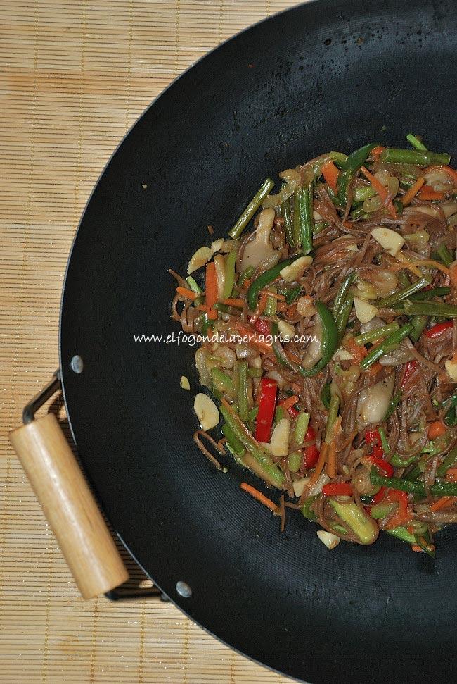 Wok de verduras y setas con fideos chinos