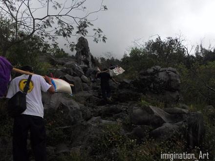 pembawa logistik di gunung lawu