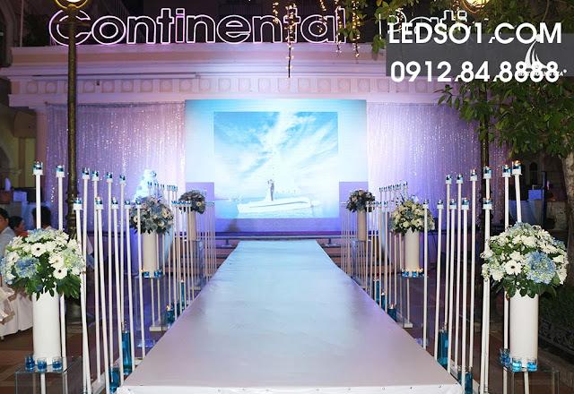 Mẫu trang trí sân khấu tiệc cưới đẹp lung linh 4