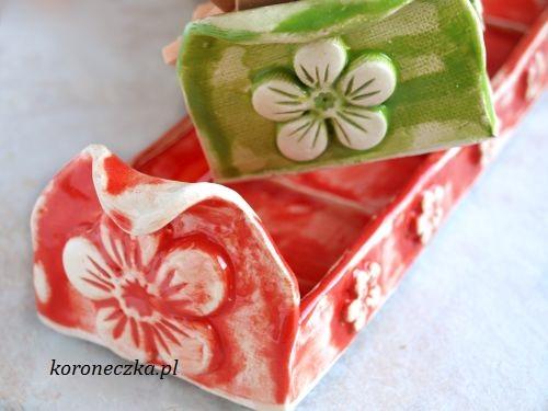 Dwie miseczki ceramiczne na ciastka - czerwona i zielona.
