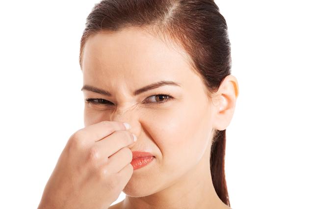 mulher sentindo cheiro ruim quimica