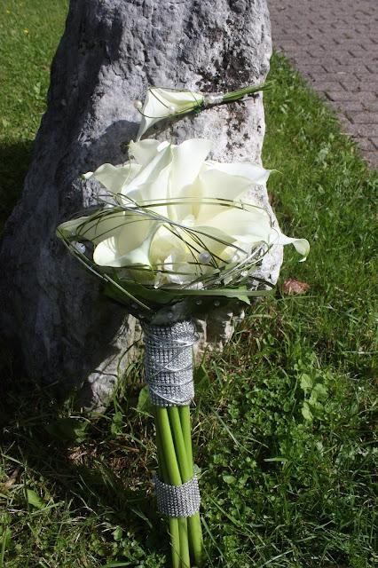 Brautstrauß und Boutonnieren aus weißen Calla mit Gräsern, Strass und Perlen - Calla bridal boquet - Hochzeit im Riessersee Hotel Garmisch-Partenkirchen, Bayern - Wedding in Bavaria, #Riessersee #Garmisch #Hochzeit #wedding #Location #wedding venue #Bayern #Bavaria