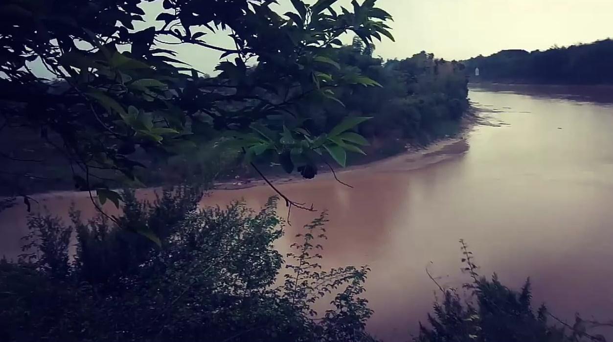 Gambar Sungai bengawan solo di sebelah situs goa sentono