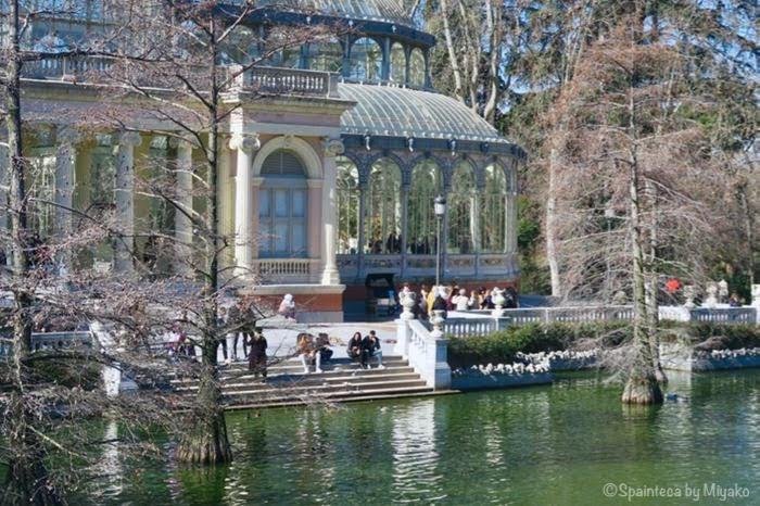 マドリードのレティーロ公園のクリスタル宮殿と溜め池