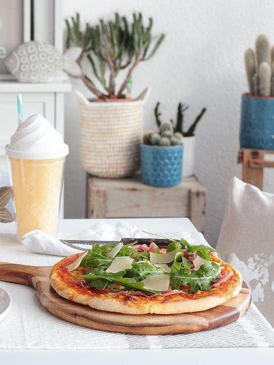 Pizza Parma Italien selbstgemacht Teig Rucola Parmaschinken Parmesan