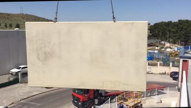 montaje con grua panel macizo hormigón en horizontal en una nave